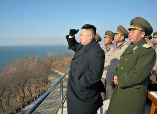 11692-il-nuovo-leader-nordcoreano-kim-jong-un-insieme-ad-alti-uffi